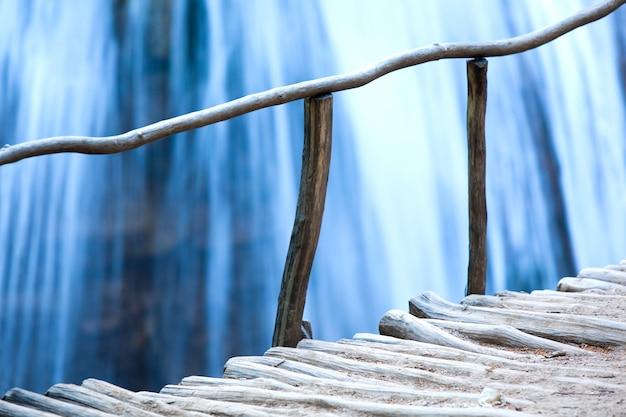 Houten brug en waterval met schoon water