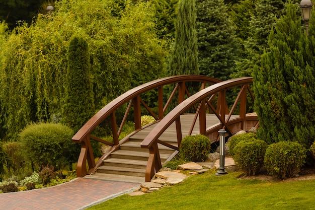 Houten brug in park