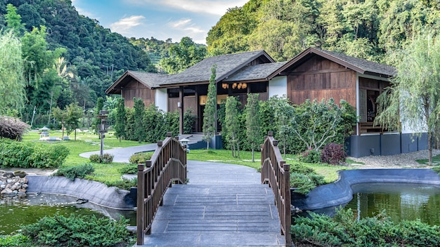Houten brug met huis berglandschap