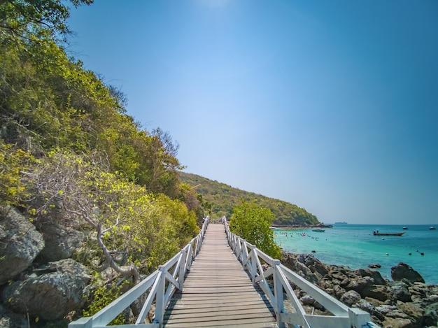 Houten brug met prachtig zeegezicht op koh lan eiland pattaya thailand.koh lan eiland is het beroemde eiland in de buurt van pattaya stad thailand