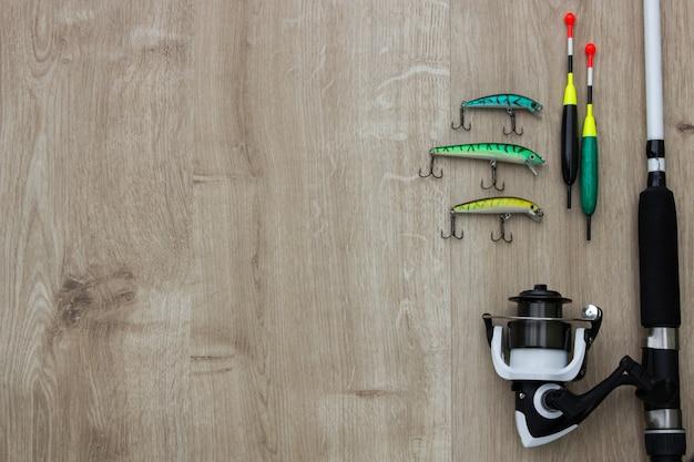 Houten brug met spinner kunstaas en visbytes. plaats leeg kan worden gebruikt voor tekst. Premium Foto