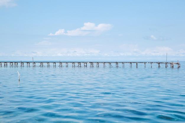 Houten brug midden in de zee bij karimun jawa island