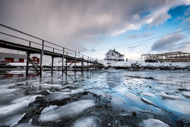 Houten brug op bevroren oceaan