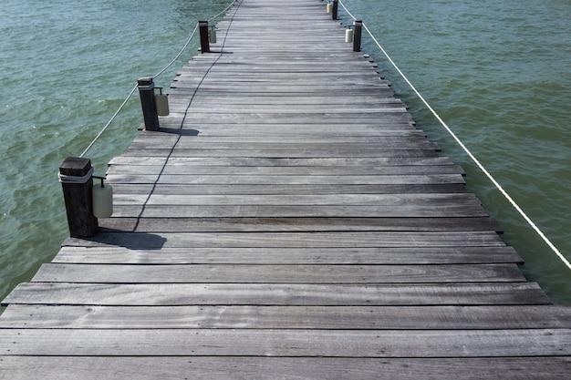 Houten brug op de achtergrond van de tropisch strandzomer