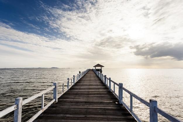 Houten brug op het strand