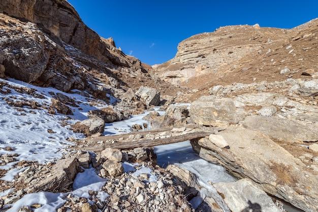 Houten brug over de bevroren rivier