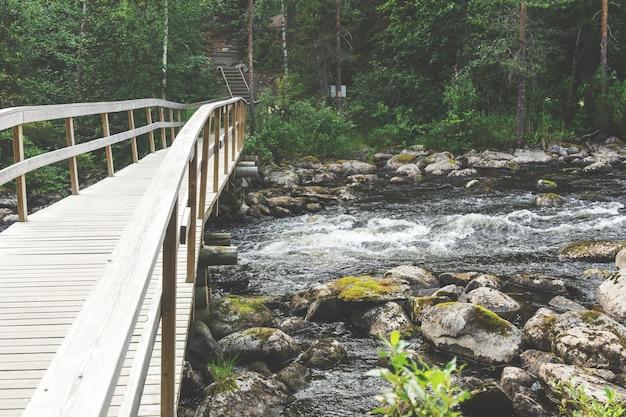 Houten brug over de rivier, finland. oulanka nationaal park