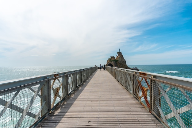 Houten brug samen naar plage du port vieux in biarritz, vakantie in het zuidoosten van frankrijk