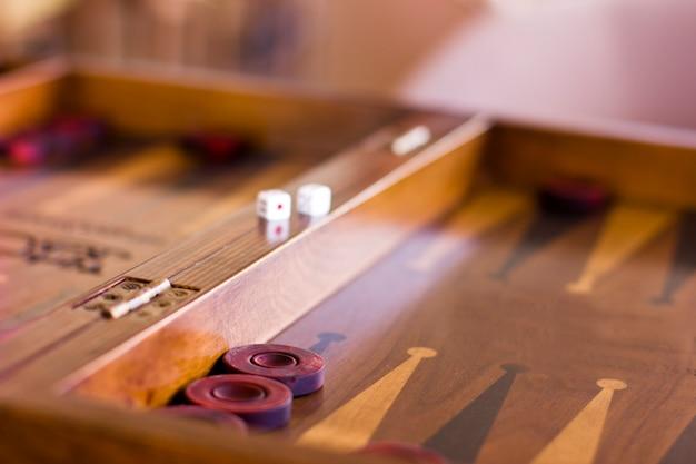Houten bruin backgammonspel met een dobbelsteen
