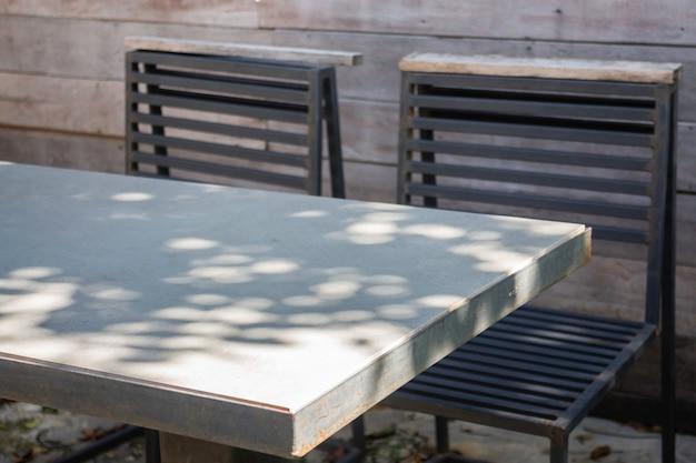 Houten buiten stoelen in de zomertuin