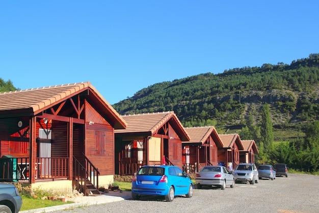 Houten bungalowhuizen op camping
