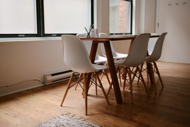 Houten bureau en stoelen