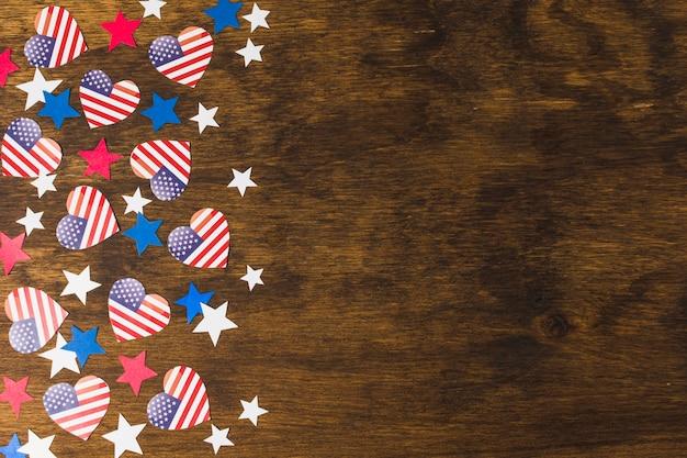 Houten bureau met vlaggen van de vs van de hartvorm en sterren