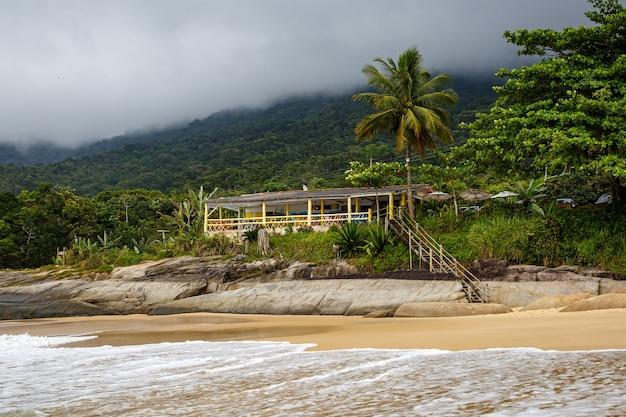 Houten café aan de oceaan. braziliaanse kust.