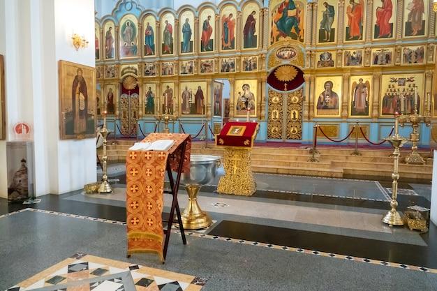 Houten christelijk kruis staat in het water. christendom symbool