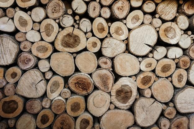 Houten cirkelspatroon van gesneden boomboomstammen.