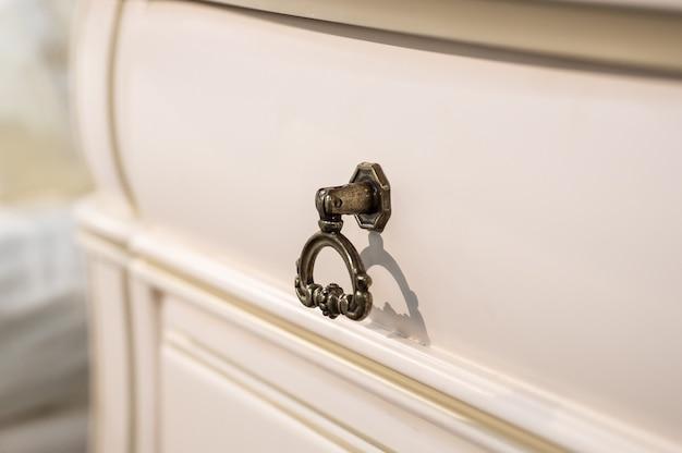 Houten commode met metalen handvatten close-up