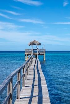 Houten constructie bovenop de caribische zee op roatan island. honduras