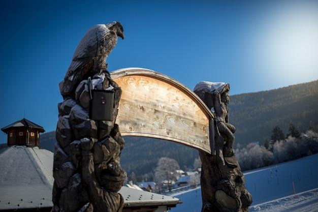 Houten copyspace uithangbord bij winterskiresort