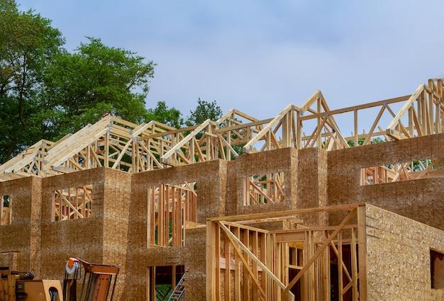Houten dakraamwerk op stok gebouwd huis in aanbouw van zolderbalk die tegen ontwerpen
