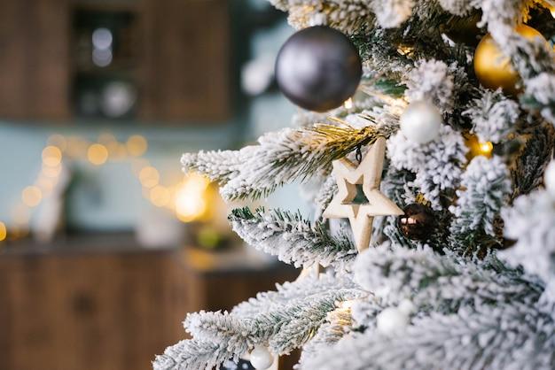 Houten de sterstuk speelgoed van kerstmis op kerstboom met exemplaarruimte