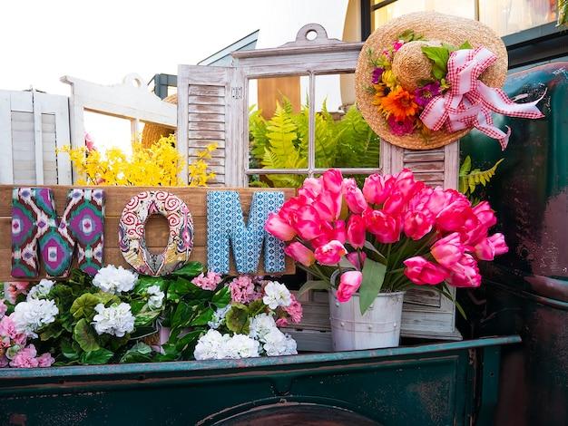 Houten decor en bloemen voor moederdag.