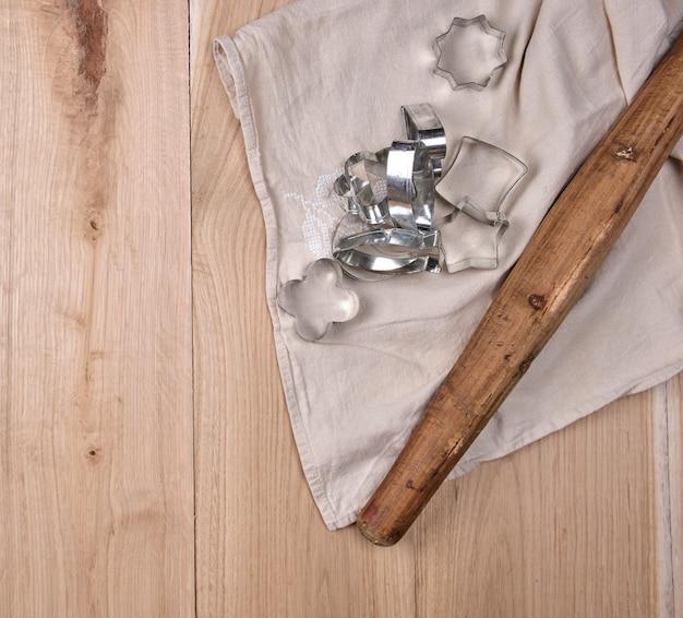 Houten deegroller en ijzerbakeware op een bruine houten lijst