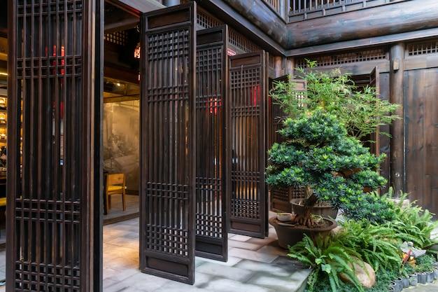Houten deur en groene planten van een oud herenhuis