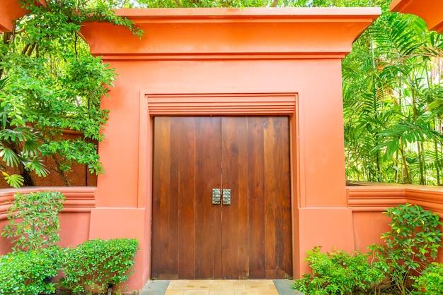 Houten deur met muur en boom