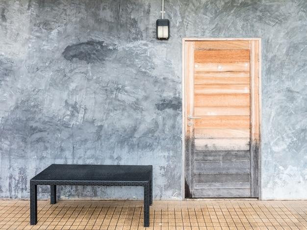 Houten deur op de muur van de zolderstijl.