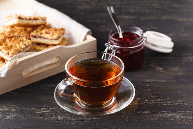 Houten dienblad met een kopje thee en koekjes