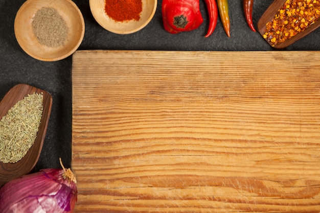 Houten dienblad met ingrediëntenachtergrond