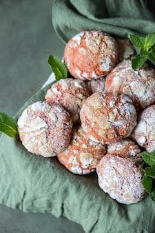 Houten dienblad met oranje kreukelkoekjes