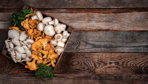Houten dienblad met rauwe oesters en cantharellen