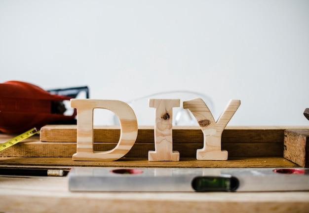 Houten diy-teken met hulpmiddelen