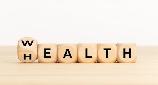 Houten dobbelstenen met woordrijkdom veranderen in gezondheid