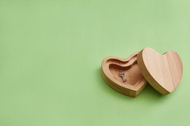 Houten doos. hart met een sleutel. valentijnsdag geschenk. moderne stijl, minimalisme.