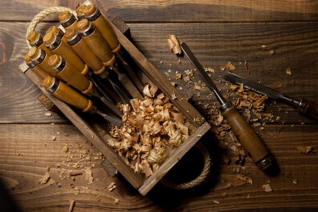 Houten doos met enkele vormen voor hout
