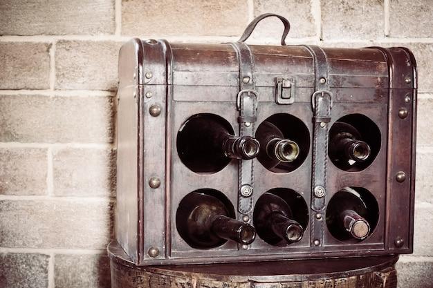 Houten doos met flessen wijn