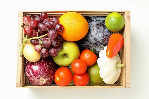 Houten doos met groenten en fruit op witte achtergrond