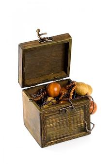 Houten doos met manierparels die op witte achtergrond worden geïsoleerd