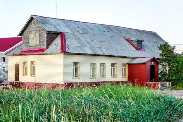 Houten dorpshuis in de natuur.