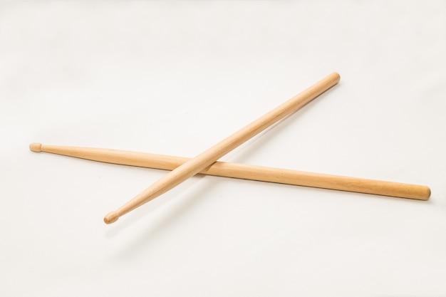 Houten drumsticks die in wit worden geïsoleerd