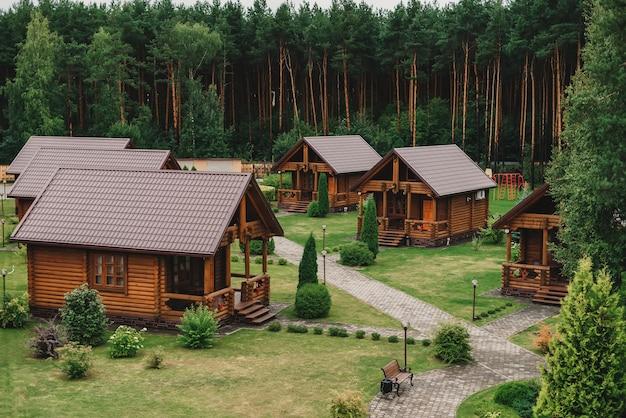 Houten ecohuizen in het hotel dichtbij het pijnboombos