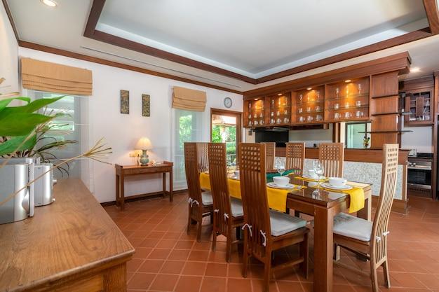 Houten eettafel en aanrecht in keuken