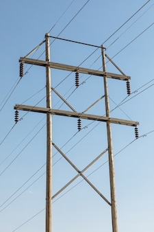 Houten elektrische paal met een blauwe lucht