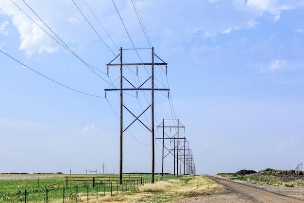 Houten elektrische palen met een blauwe lucht