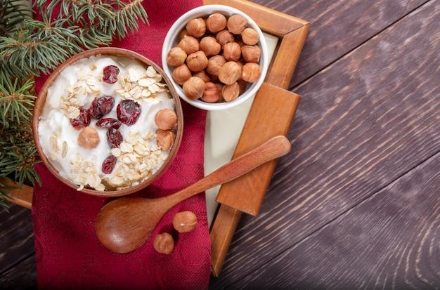 Houten en keramische kommen yoghurt en hazelnoten
