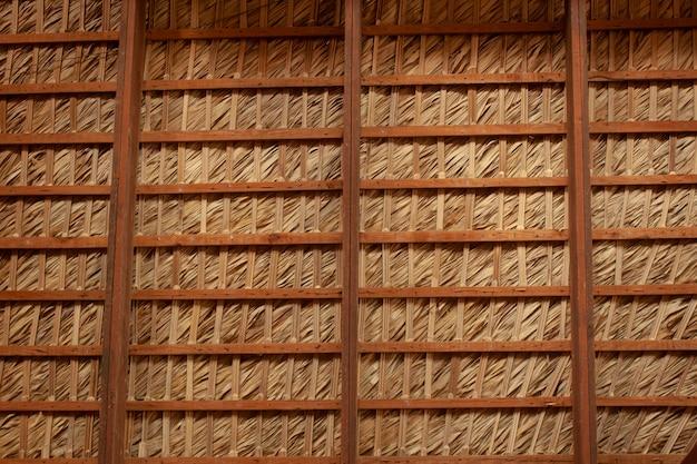 Houten en strodak typisch voor caribische gebouwen