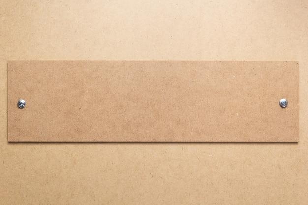 Houten en vezelplaatachtergrond als textuuroppervlak met schroeven, bovenaanzicht